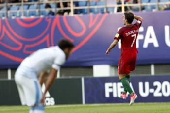epa06009420 Diogo Goncalves (R) of Portugal celebrates after scoring during during the quarterfinals match of the FIFA U-20 World Cup 2017 between the Portugal and Uruguay in Daejeon World Cup Stadium, South Korea, 04 June 2017. EPA/JEON HEON-KYUN
