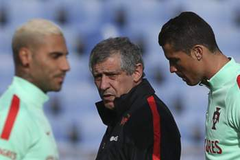 epa05232904 Portugal's national soccer team head coach Fernando Santos speaks to his players Ricardo Quaresma (L) and Cristiano Ronaldo during a training session at Restelo stadium in Lisbon, Portugal, 27 March 2016. Portugal will face Belgium in a friendly soccer match on 29 March 2016. The match will be played in the Portuguese city of Leiria instead of Brussels. EPA/JOSE SENA GOULAO