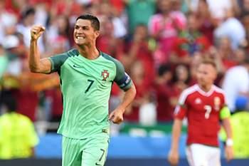 Cristiano Ronaldo celebra um golo por Portugal frente à Hungria.