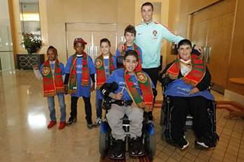 Ronaldo com as crianças do Make a Wish