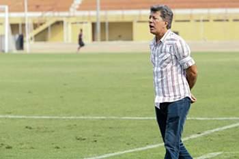 O treinador brasileiro do ASA continua à frente do emblema angolano.