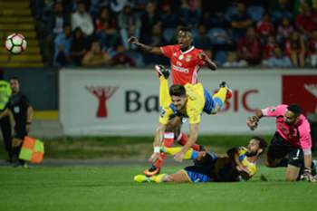 Benfica's player Nelson Semedo (2L) scores a goal against Arouca during the Portuguese First League soccer match at Municipal de Arouca stadium in Arouca, Portugal, 09th September 2016.
