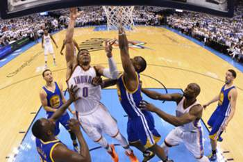 epa05327716 Oklahoma City Thunder player Russell Westbrook (C) goes to the basket againt the Golden State Warriors in the second half of their NBA Western Conference Finals game four at Chesapeake Energy Arena in Oklahoma City, Oklahoma, USA, 24 May 2016. The winner of this series goes on to play either the Cleveland Cavaliers or the Toronto Raptors in the NBA Finals. EPA/TYLER SMITH CORBIS OUT