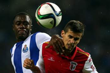 FC Porto's Giannelli Imbula (L) vies for the ball with Sporting de Braga´s Rui Fonte during their Portuguese First League soccer match held at Dragao stadium in Porto, Portugal, 25 October 2015. ESTELA SILVA/LUSA