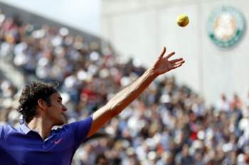 epa04780514 Roger Federer of Switzerland in action against his compatriot Stan Wawrinka during their quarterfinal match for the French Open tennis tournament at Roland Garros in Paris, France, 02 June 2015.