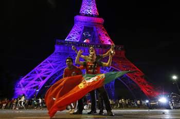 A Torre Eiffel diz que os franceses foram os que votaram mais no site da Orange para iluminar a bandeira