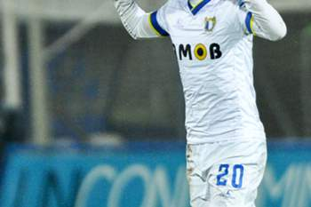 O jogador do Famalicão, Mauro Alonso, festeja o golo contra o FC Porto, durante o jogo de futebol da Taça da Liga entre o FC Porto e o Famalicão no Estádio Municipal do Famalicão, 20 de janeiro de 2016.