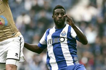 FC Porto's Silvestre Varela (R) vies for the ball with Boavista´s Rúben Ribeiroduring (L) their Portuguese First League soccer match held at Dragao stadium in Porto, Portugal, 14 may 2016. ESTELA SILVA/LUSA