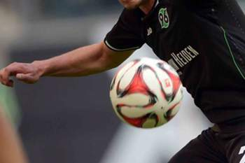 epa04729959 Wolfsburg's Vieirinha (R) and Hannover's Edgar Prib vie for the ball during the German Bundesliga soccer match between VfL Wolfsburg and Hannover 96 at the Volkswagen Arena in Wolfsburg, Germany, 02 May 2015. EPA/PETER STEFFEN (EMBARGO CONDITIONS - ATTENTION - Due to the accreditation guidelines, the DFL only permits the publication and utilisation of up to 15 pictures per match on the internet and in online media during the match)