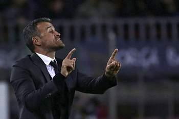 Luis Enrique dá indicações durante o jogo entre Barcelona e Manchester City.
