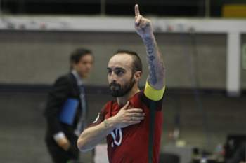 epa05543694 Portugal's Ricardinho celebrates after scoring a goal during a group A FIFA Futsal World Cup match between Portugal vs Uzbekistan, in Medellin, Colombia, 16 September 2016. EPA/LUIS EDUARDO NORIEGA