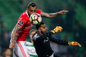 Sporting CP goalkeeper Rui Patricio (R) fights for the ball with Benfica's Kostas Mitroglou during the Portuguese First League Soccer match at Alvalade XXI Stadium in Lisbon, Portugal 22 of April 2017. MIGUEL A. LOPES/LUSA