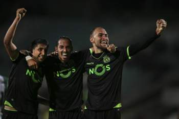 Sporting's Bas Dost (R) celebrates with his teammates Schelotto (C) and Alan Ruiz (L) after scoring the third goal against Vitoria de Setubal during the Portuguese First League soccer match at Bonfim Stadium, in Setubal, Portugal, 14 April 2017. MARIO CRUZ/LUSA