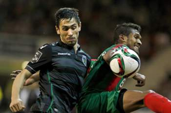 Maritimo's Brazilian forward Dyego Sousa (R) vies for the ball with Sporting's Portuguese defender Paulo Oliveira during their Portuguese First League soccer match held at Barreiros Stadium in Funchal, Portugal, 05 December 2015. GREGORIO CUNHA/LUSA