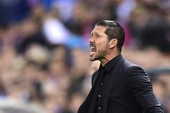 Diego Simeone dá indicações durante o jogo entre Atlético Madrid e Real Madrid.
