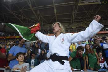 epa05465799 Telma Monteiro of Portugal celebrates after defeating Corina Caprioriu of Romania during their women's -57kg bronze medal bout of the Rio 2016 Olympic Games Judo events at the Carioca Arena 2 in the Olympic Park in Rio de Janeiro, Brazil, 08 August 2016. EPA/FACUNDO ARRIZABALAGA