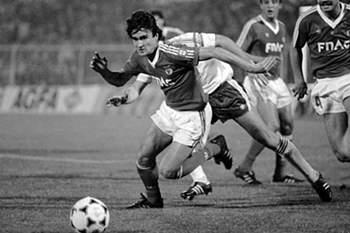 O jogador do SL Benfica, Pacheco, disputando a bola no jogo da Taça dos Campeões Europeus frente ao Anderlecht e disputado no Estádio da Luz, em Lisboa a 2 de março de 1988.
