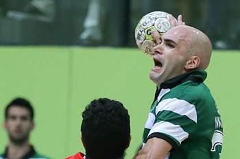 O jogador do Sporting, Ivan Nikovic (D), disputa a bola com o jogador do Benfica, Davide Carva (D), durante o jogo da 10.ª jornada do Campeonato Nacional de Andebol, disputado no Pavilhão Multiusos de Odivelas, 31 de maio de 2017.