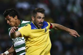 epa04365467 Sporting's Fredy Montero (L) vies for the ball with Arouca's Miguel Oliveira (R) during their Portuguese First league soccer match at Alvalade stadium in Lisbon, Portugal, 23 August 2014.