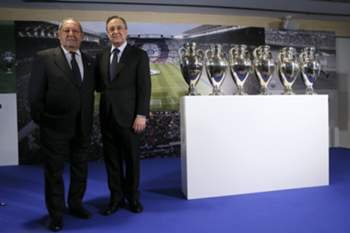 epa05267166 Former soccer player and former president of Real Madrid, Paco Gento (L), poses next to the current club's President, Florentino Perez (R), during an act where Gento gave up his sports heritage to the Real Madrid FC at the Bernabeu Stadium in Madrid, Spain, on 19 April 2016.