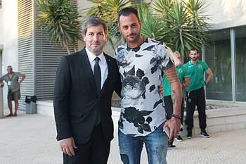 O guarda-redes já posou ao lado de Bruno de Carvalho