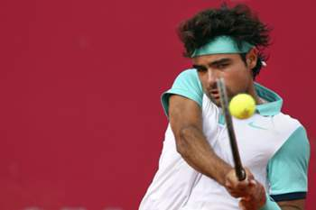 Portugal's player Frederico Silva in action against Luxembourg's Gilles Muller (not pictured) during the Estoril Open 2015 first round, in Estoril Tennis Club, outskirts of Lisbon, Portugal, 27 April 2015. MARIO CRUZ/LUSA