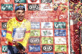 epa05451134 Portuguese Rui Vinhas of W52/FC Porto team celebrates on the podium to maintain the yellow jersey on the 5th stage of the 78th Portugal Cycling Tour, disputed between Lamego and Viseu, a distance of 153,2Km, in Viseu, 01 August 2016. EPA/NUNO VEIGA