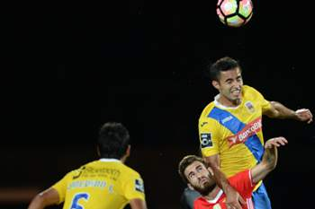 Arouca's Anderson Luis (R) in action against Benfica's player Rafa Silva (C) during the Portuguese First League soccer match at Municipal de Arouca stadium in Arouca, Portugal, 09th September 2016.
