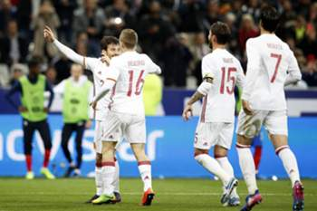 epa05876025 Spain's David Silva (L) celebrates with his teammates after scoring the 1-0 lead from the penalty spot during the international friendly soccer match between France and Spain at the Stade de France in Saint-Denis, near Paris, France, 28 March 2017.