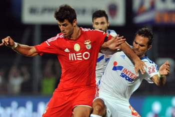 Marseille's Lucas Mendes (R) vies with Benfica's forward Nelson Oliveira during the French Ligue 1 friendly football match between Marseille (OM) and Benfica Lisbonne, on July 23, 2014 at the Montpied Stadium in Clermont-Ferrand. AFP PHOTO / THIERRY ZOCCOLAN
