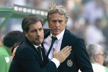 Sporting Lisbon president, Bruno Carvalho (L), greets the team`s head coach, Jorge Jesus, during the Portuguese First League soccer match with FC Porto held at Alvalade Stadium, Lisbon, Portugal, 28th August 2016. MANUEL DE ALMEIDA/LUSA