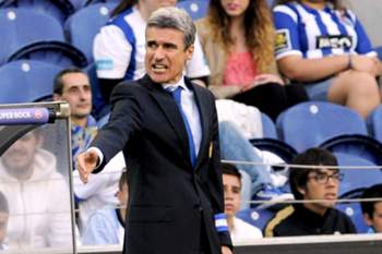 FC Porto's head coach Luis Castro gives instructions to his players during the Portuguese League last soccer match against Benfica at Dragao stadium in Porto, Portugal, 10 may 2014. FERNANDO VELUDO / LUSA
