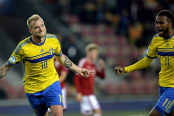 epa04821798 Sweden's John Guidetti (L) and Sweden's Isaac Kiese Thelin celebrates a goal during UEFA European Under-21 soccer championship semifinal match Sweden vs Denmark in Prague, Czech Republic, 27 June 2015. EPA/FILIP SINGER