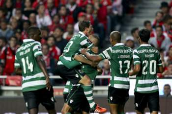epa04995685 Sporting Lisbon players celebrate a goal against Benfica during their Portuguese First League soccer match held at Luz Stadium, in Lisbon, Portugal, 25 October 2015. EPA/MIGUEL A. LOPES