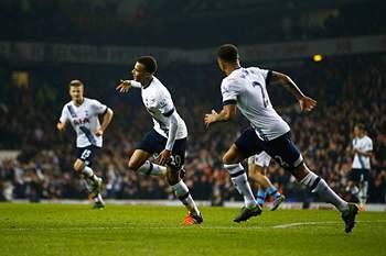 Jogadores do Tottenham celebram golo