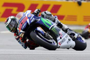epa05294780 Spanish Moto GP rider Jorge Lorenzo of Movistar Yamaha in action during theMotoGP race of the French motorcycling Grand Prix at Le Mans race track, Le Mans, France, 08 May 2016. EPA/EDDY LEMAISTRE