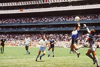 Diego Armando Maradona faz o 1-0 frente à Inglaterra no Mundial de 1986 num lance que ficou conhecido por 'A Mão de Deus'