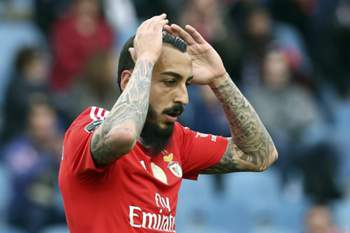 epa05251306 Benfica´s player Mitroglou reacts after missing a goal during the Portuguese First League soccer match against Academica held at City of Coimbra Stadium, in Coimbra, Portugal, 09 April 2016. EPA/PAULO NOVAIS