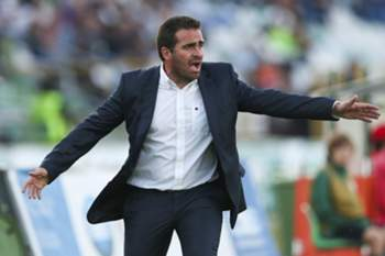 The head coach of Vitoria de Setubal Bruno Ribeiro reacts during their Portuguese First League match against Sporting CP held at Bonfim Stadium in Setubal, 12 April 2015. JOSE SENA GOULAO/LUSA