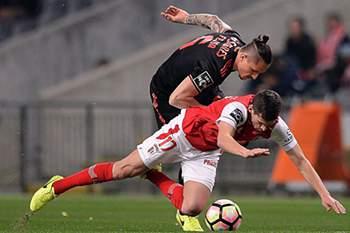Fejsa disputa uma bola com Rui Fonte durante o jogo entre SC Braga e Benfica.