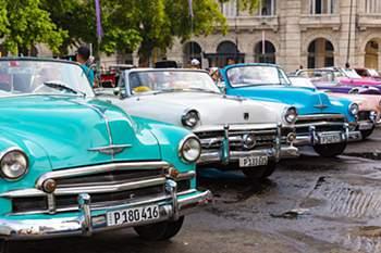 Se são amantes de carros clássicos, então têm de comprar já um bilhete para Havana. Após o embargo de 1960, os fabricantes americanos não podiam exportar mais veículos para Cuba. O país ficou oprimido e os cubanos sem possibilidade de modernizar os seus veículos. Estima-se que 60 mil carros de modelos antigos ainda estejam em trânsito.