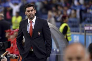SC Braga headcoach Paulo Fonseca reacts during their Portuguese First League soccer match against FC Porto held at Dragao stadium in Porto, Portugal, 25 October 2015. HUGO DELGADO/LUSA