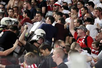 epaselect epa04933596 Supporters of Bayern Munich clash with riot police in the stands before the UEFA Champions League Group F soccer match between Olympiacos Piraeus and Bayern Munich at Karaiskaki stadium in Piraeus, Greece, 16 September 2015. EPA/ALEXANDROS VLACHOS