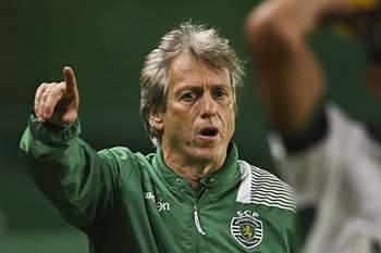 Jorge Jesus dá indicações durante o jogo entre Sporting e Arouca.