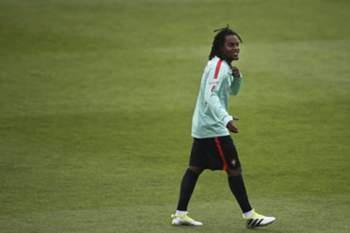 epa05328089 Portuguese player Renato Sanches during a national team training session in Oeiras, on the outskirts of Lisbon, Portugal, 25 May 2016. The Portugese national soccer team is preparing for the EUFA EURO 2016 in France. EPA/MARIO CRUZ