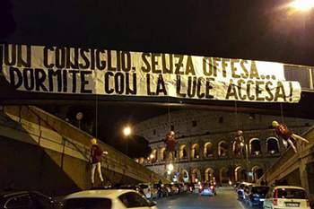 Jogadores da AS Roma ameaçados com manequins 'enforcados' junto ao Coliseu.