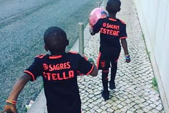 Filhas de Madonna passeiam por Lisboa equipadas à Benfica
