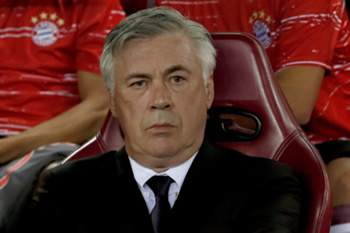 Carlo Ancelotti no banco do Bayern Munique durante o jogo no Vicente Calderón.