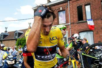 epaselect epa04834143 Trek Factory Racing team rider Fabian Cancellara of Switzerland wearing the overall leader's yellow jersey removes his helmet during the neutralization period follwowing a crash at the bottom of the Cote de Bohissau near Andenne, Belgium, 06 July 2015, during the 3rd stage of the 102nd edition of the Tour de France 2015 cycling race over 159.9km between Anvers and Huy, Belgium.  EPA/YOAN VALAT