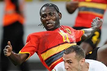 Zé Kalanga disputa uma bola com Yebda num jogo entre Angola e Argélia no CAN2010.